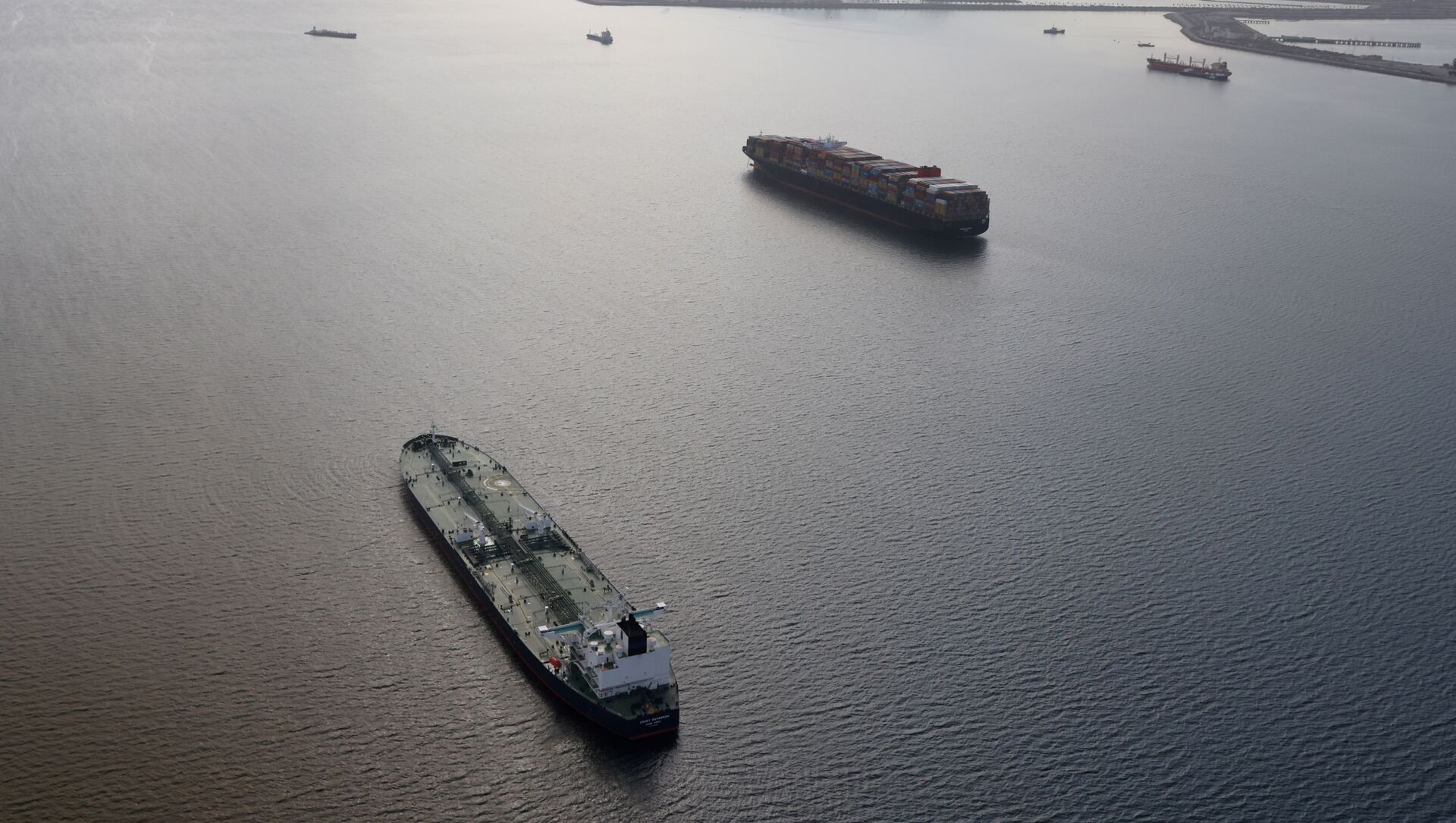 An oil tanker waits in line in the ocean outside the Port of Long Beach-Port of Los Angeles complex, amid the coronavirus disease (COVID-19) pandemic, in Los Angeles, California, U.S., April 7, 2021 - Sputnik International, 1920, 31.07.2021