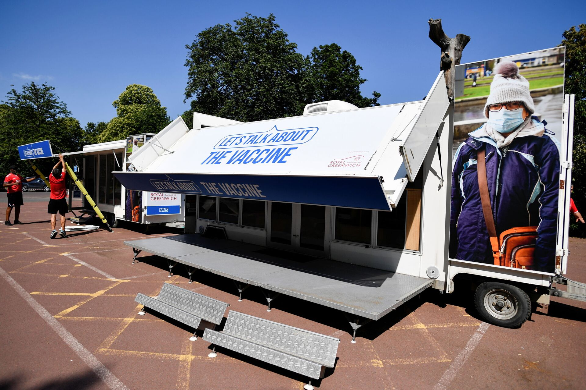 People set up a vaccination centre in Greenwich park, amid the coronavirus disease (COVID-19) outbreak, in London, Britain, July 18, 2021 - Sputnik International, 1920, 07.09.2021