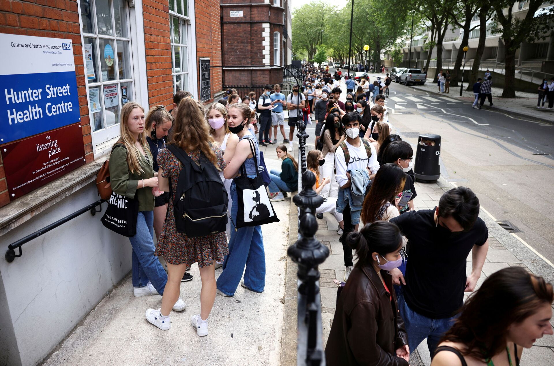 FILE PHOTO: People queue outside a vaccination centre for young people and students at the Hunter Street Health Centre, amid the coronavirus disease (COVID-19) outbreak, in London, Britain, June 5, 2021 - Sputnik International, 1920, 07.09.2021