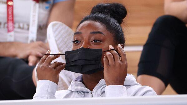 Tokyo 2020 Olympics - Gymnastics - Artistic - Women's Individual All-Around - Final - Ariake Gymnastics Centre, Tokyo, Japan - July 29, 2021.  Simone Biles of the United States puts on a protective face mask. - Sputnik International