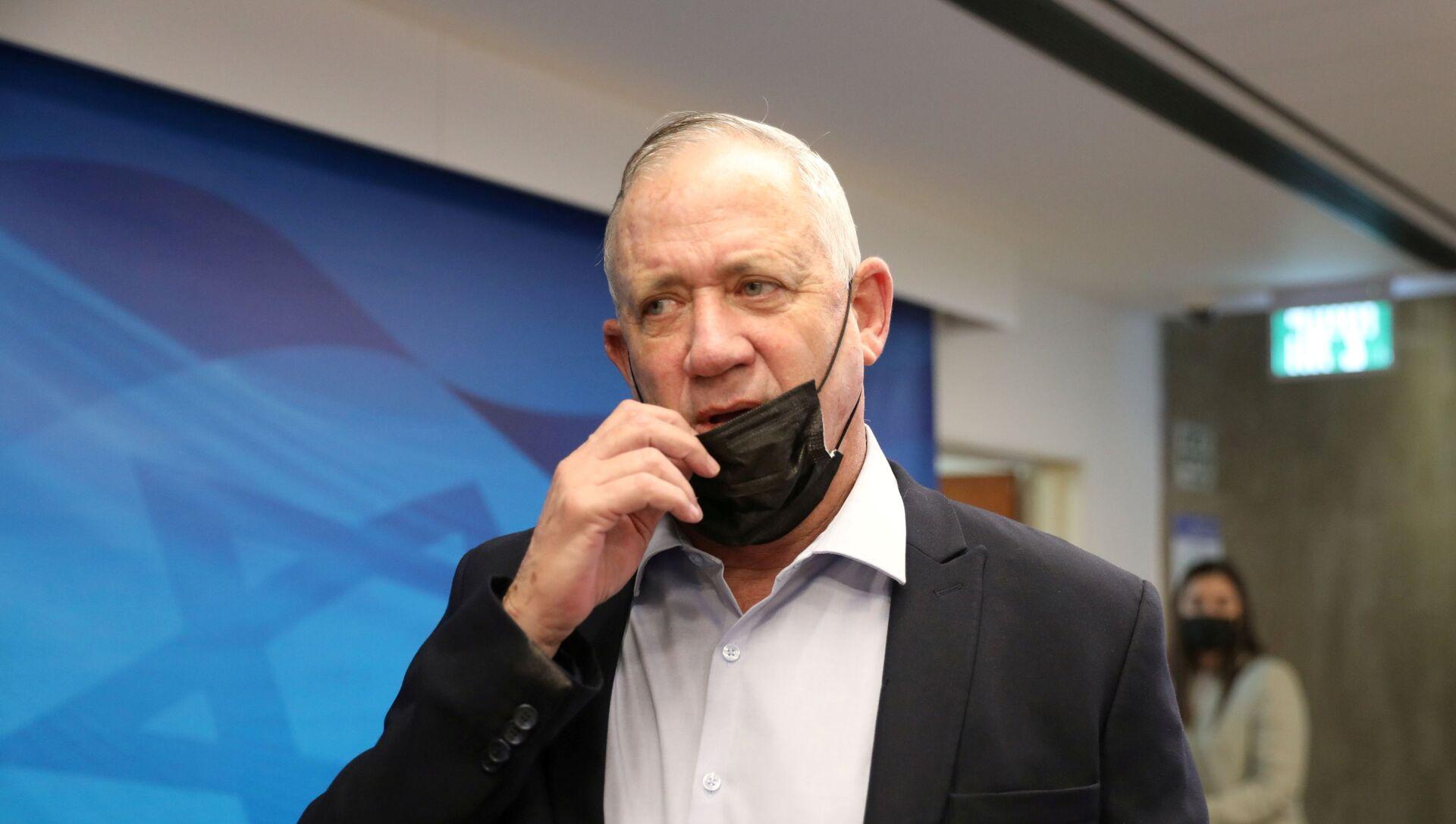 Israeli Defense Minister Benny Gantz adjusts his mask during the weekly cabinet meeting at the prime minister's office in Jerusalem August 1, 2021. - Sputnik International, 1920, 02.08.2021