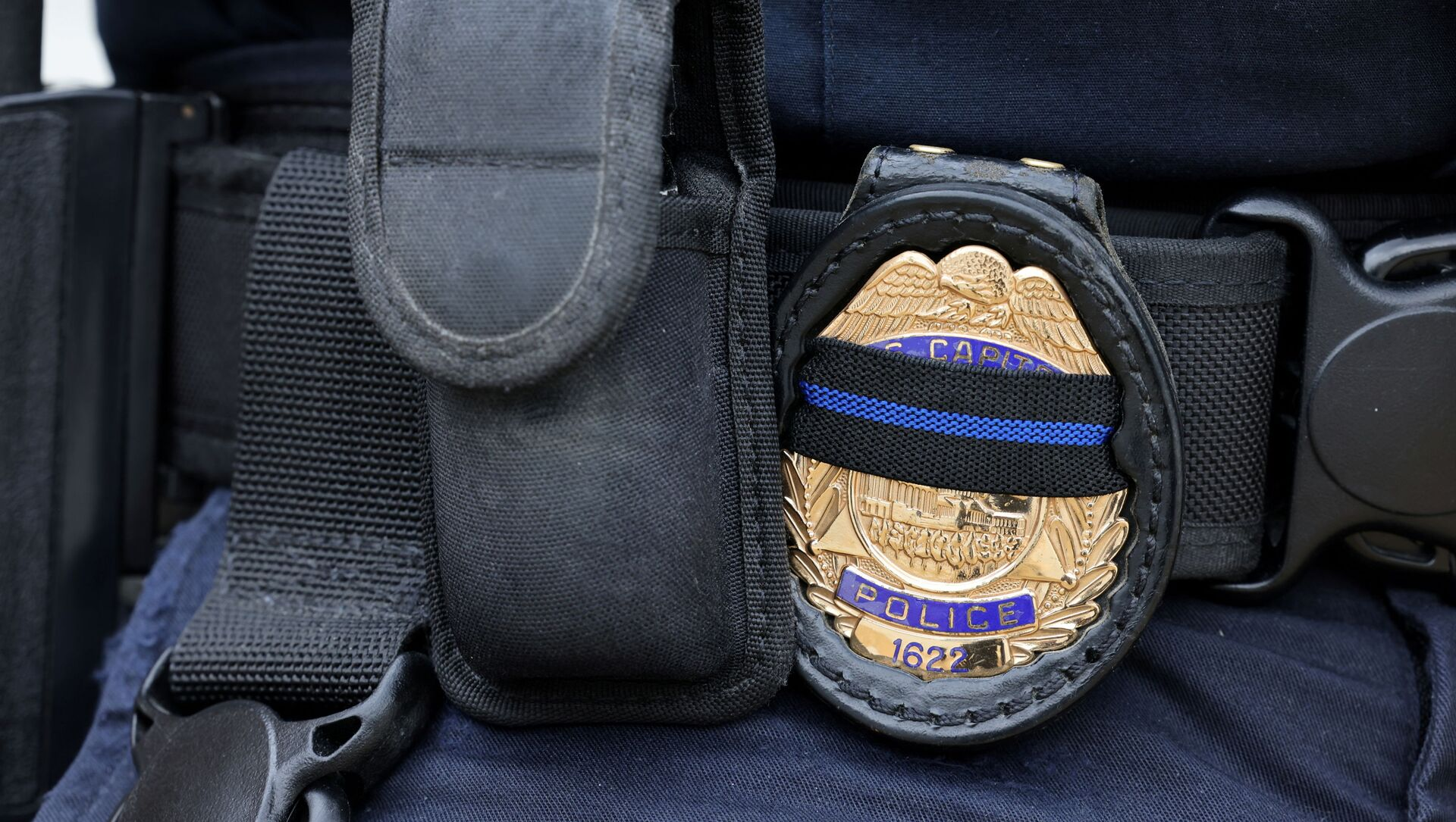 A U.S. Capitol police officer's badge shows a black stripe in honor of deceased colleagues as he guards the building on Capitol Hill in Washington, May 28, 2021. REUTERS/Evelyn Hockstein/File Photo - Sputnik International, 1920, 02.08.2021