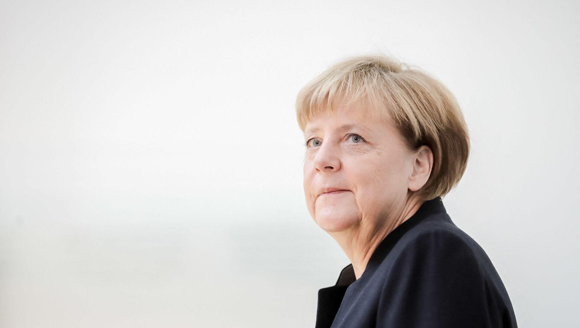 German Chancellor Angela Merkel arrives at the Israeli embassy in Berlin to sign the book of condolence for Israeli ex-president and Nobel Peace Prize winner Shimon Peres on September 30, 2016. - Sputnik International, 1920, 03.08.2021