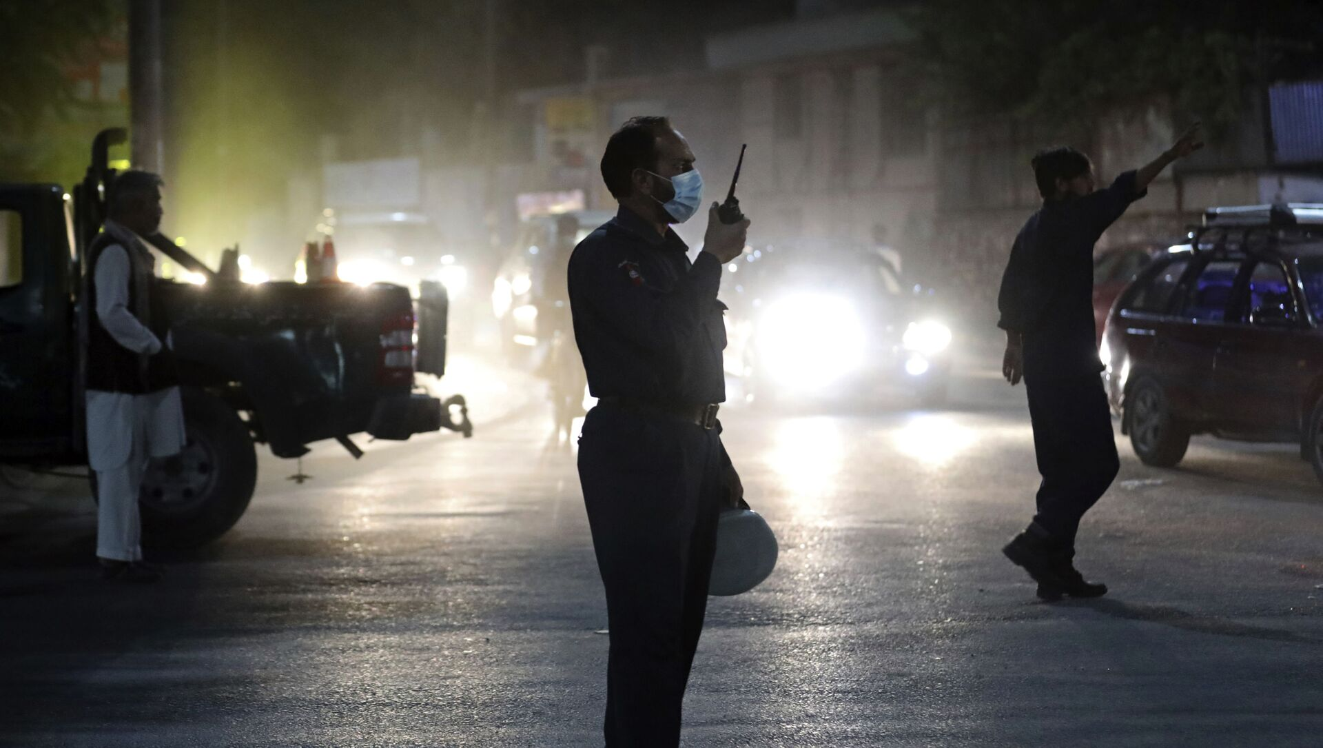Afghan security personnel work at the site of a powerful explosion in Kabul, Afghanistan, Tuesday, Aug. 3, 2021. - Sputnik International, 1920, 03.08.2021