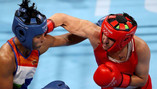 Tokyo 2020 Olympics -  Boxing - Women's Welterweight - Semifinal - Kokugikan Arena - Tokyo, Japan - 4 August 2021 - Busenaz Surmeneli of Turkey in action against Lovlina Borgohain of India  - Sputnik International