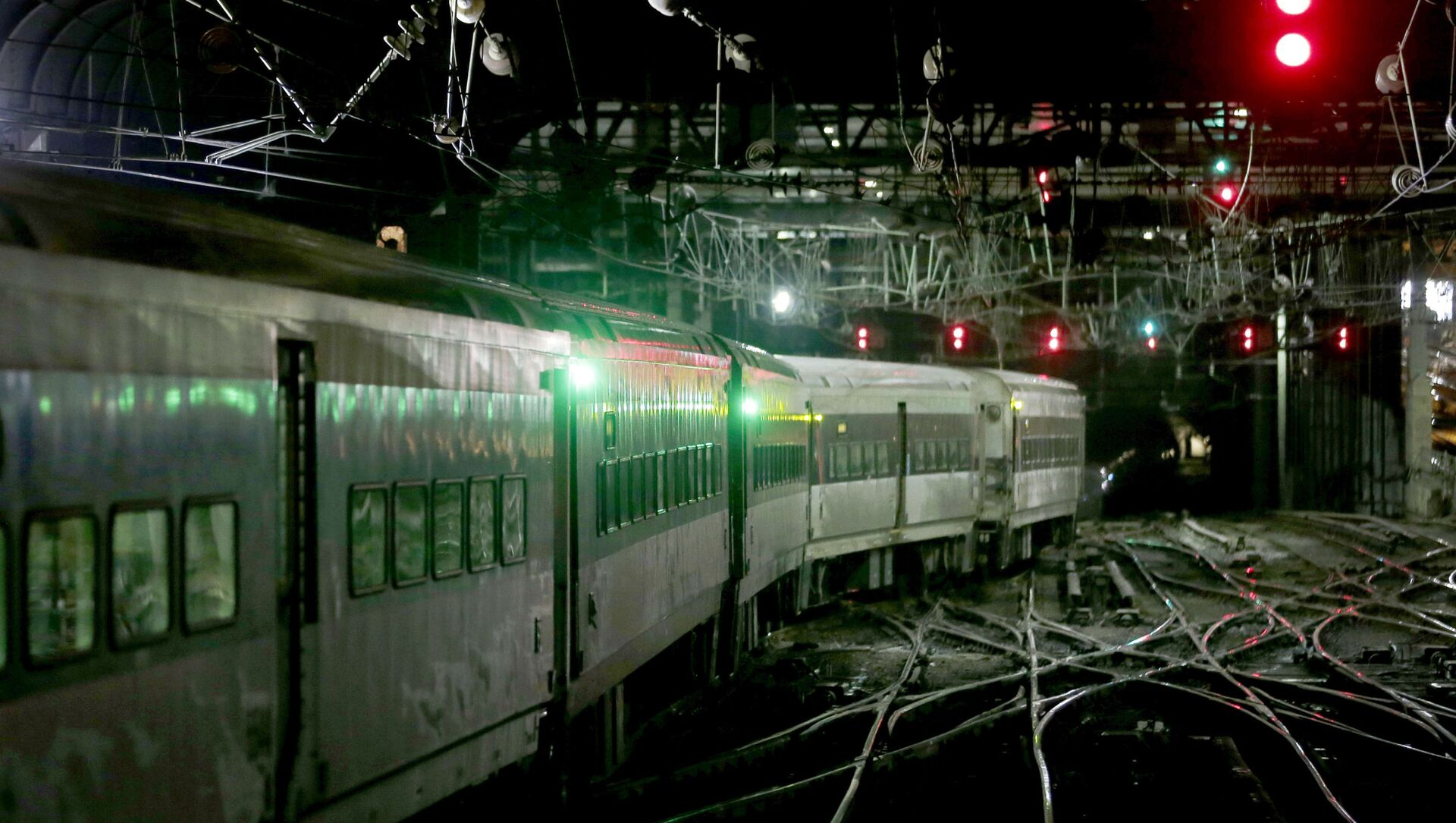 An Amtrak train moves through Penn Station in New York. - Sputnik International, 1920, 05.08.2021