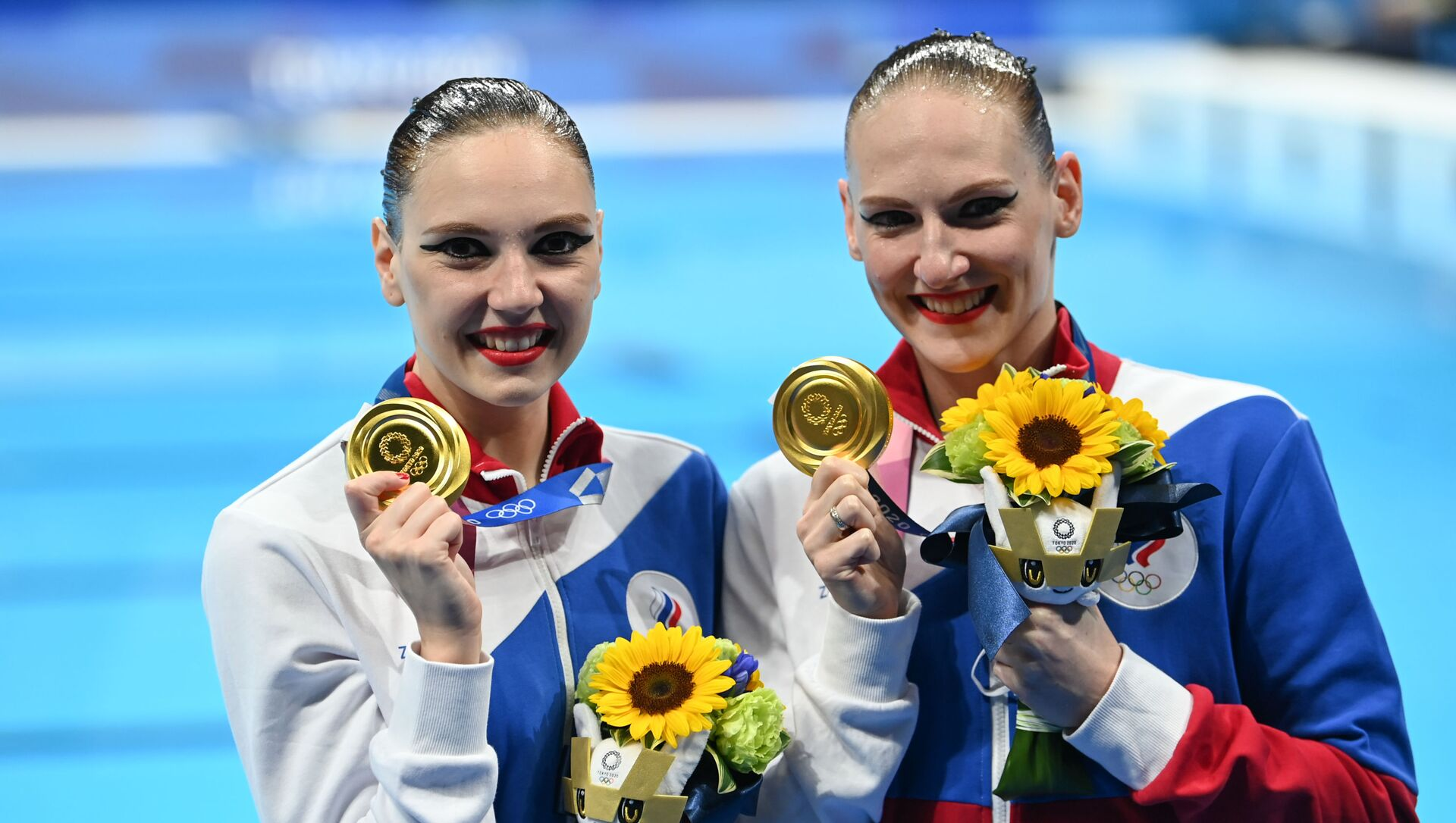 Russian artistic swimming duo, Svetlana Kolesnichenko and Svetlana Romashina (R), react after they won gold for their freestyle routine at the 2020 Tokyo Olympics, 4 August 2021 - Sputnik International, 1920, 04.08.2021