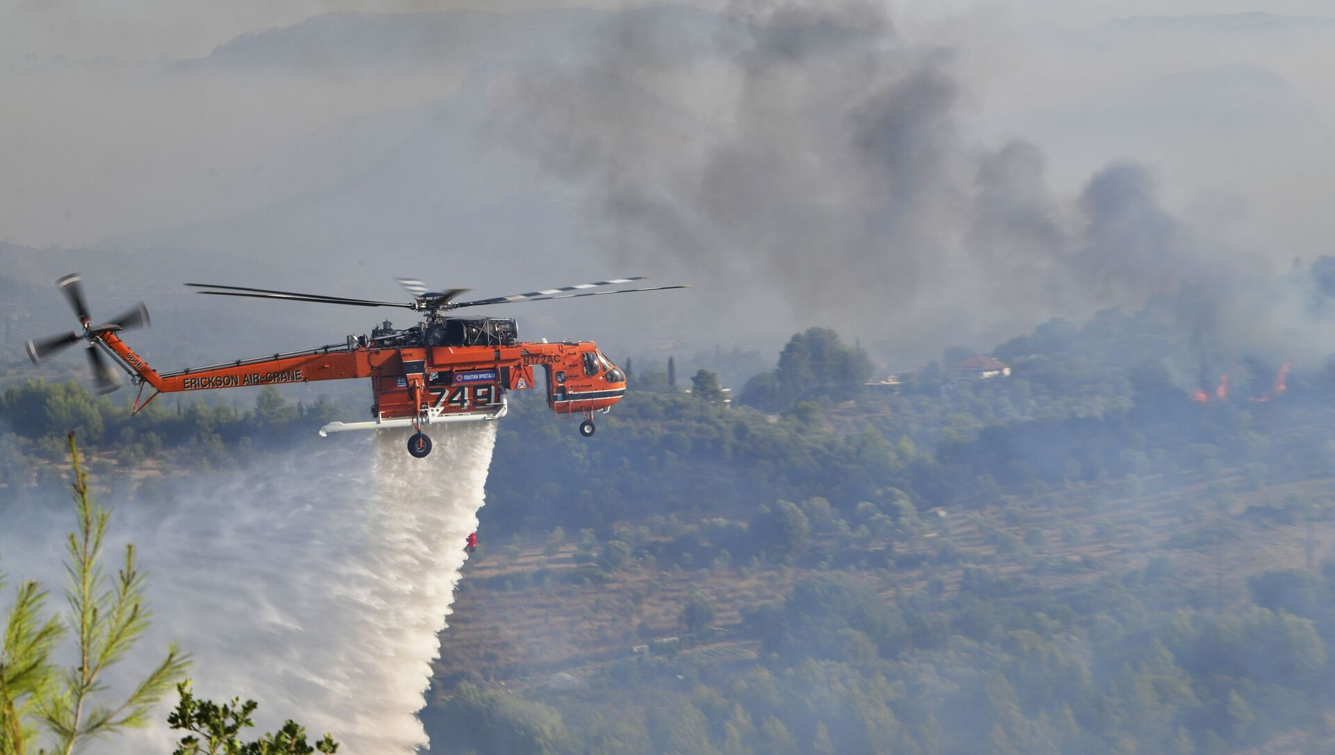 A helicopter drops water during a wildfire in ancient Olympia, western Greece, Thursday, 5 August 2021.  - Sputnik International, 1920, 05.08.2021