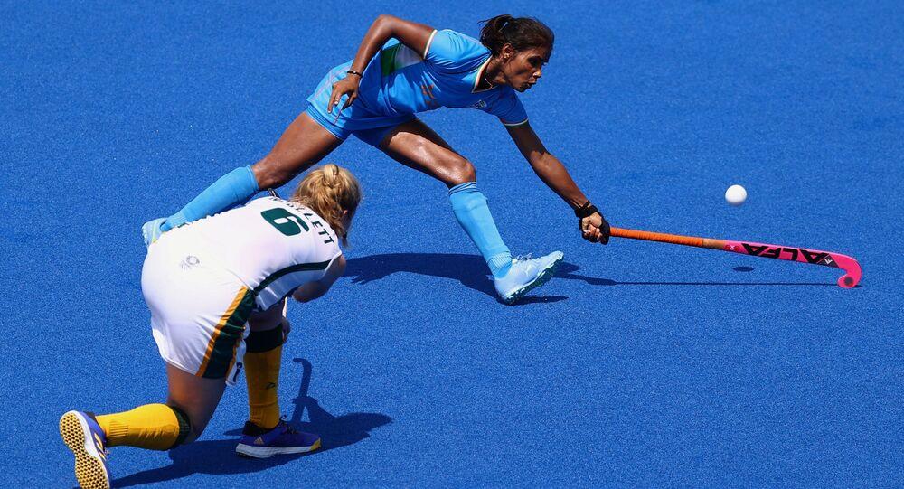 Taryn Mallett of South Africa contends with India's Vandana Katariya on 31 July 2021.