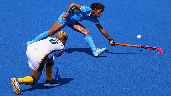 Taryn Mallett of South Africa contends with India's Vandana Katariya on 31 July 2021. - Sputnik International