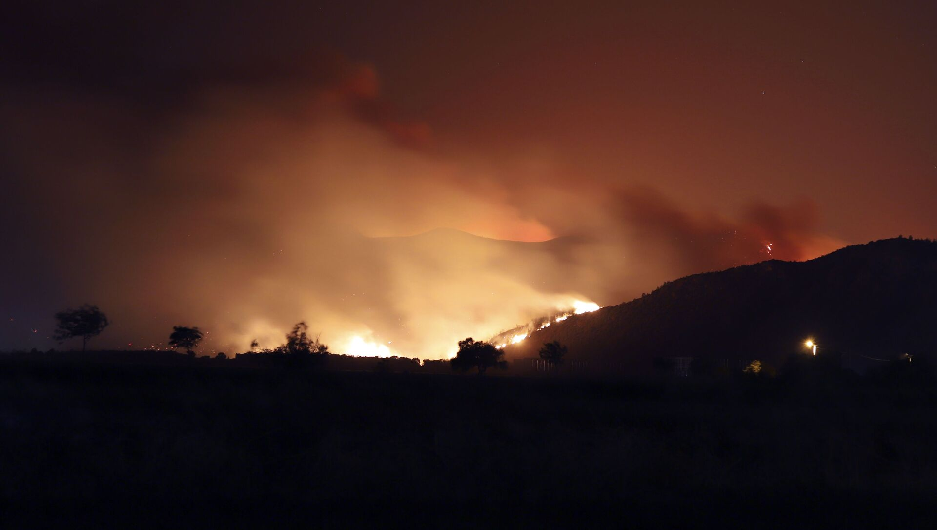 Flames illuminate the night sky and smoke after wildfires reached Kemerkoy Power Plant, a coal-fueled power plant, in Milas, in southwest Turkey, late Wednesday, Aug. 4, 2021.  - Sputnik International, 1920, 05.08.2021