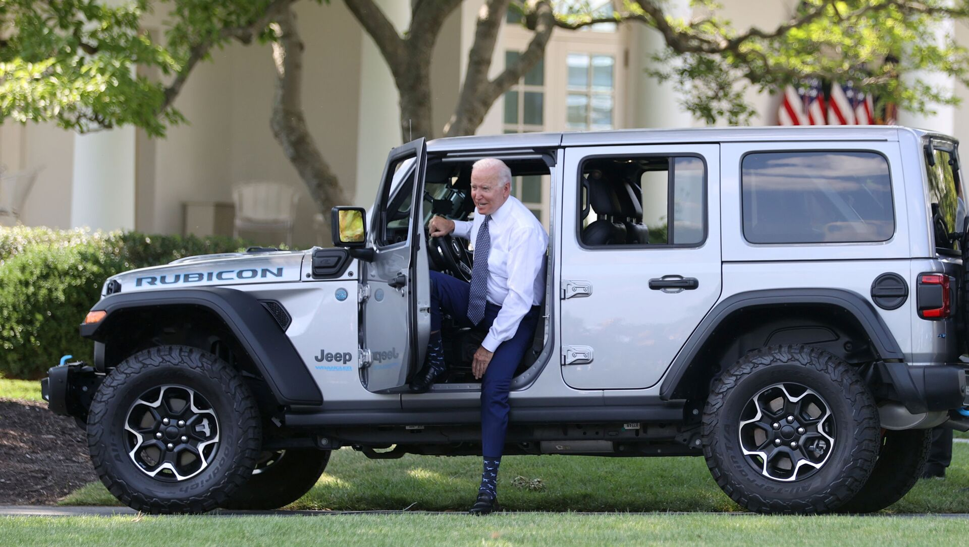 U.S. President Joe Biden hops out after test driving a Jeep Wrangler 4xe Rubicon during an event for clean cars and trucks, and signs an executive order on transformaing the country's auto fleet at the White House in Washington, U.S. August 5, 2021. - Sputnik International, 1920, 05.08.2021