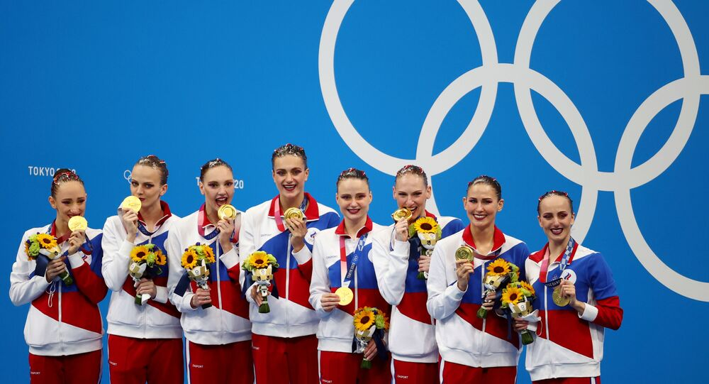 Tokyo 2020 Olympics - Artistic Swimming - Women's Team - Medal Ceremony – Tokyo Aquatics Centre, Tokyo, Japan August 7, 2021. Gold medallist Russian Olympic Committee team members pose with medals. REUTERS/Bernadett Szabo