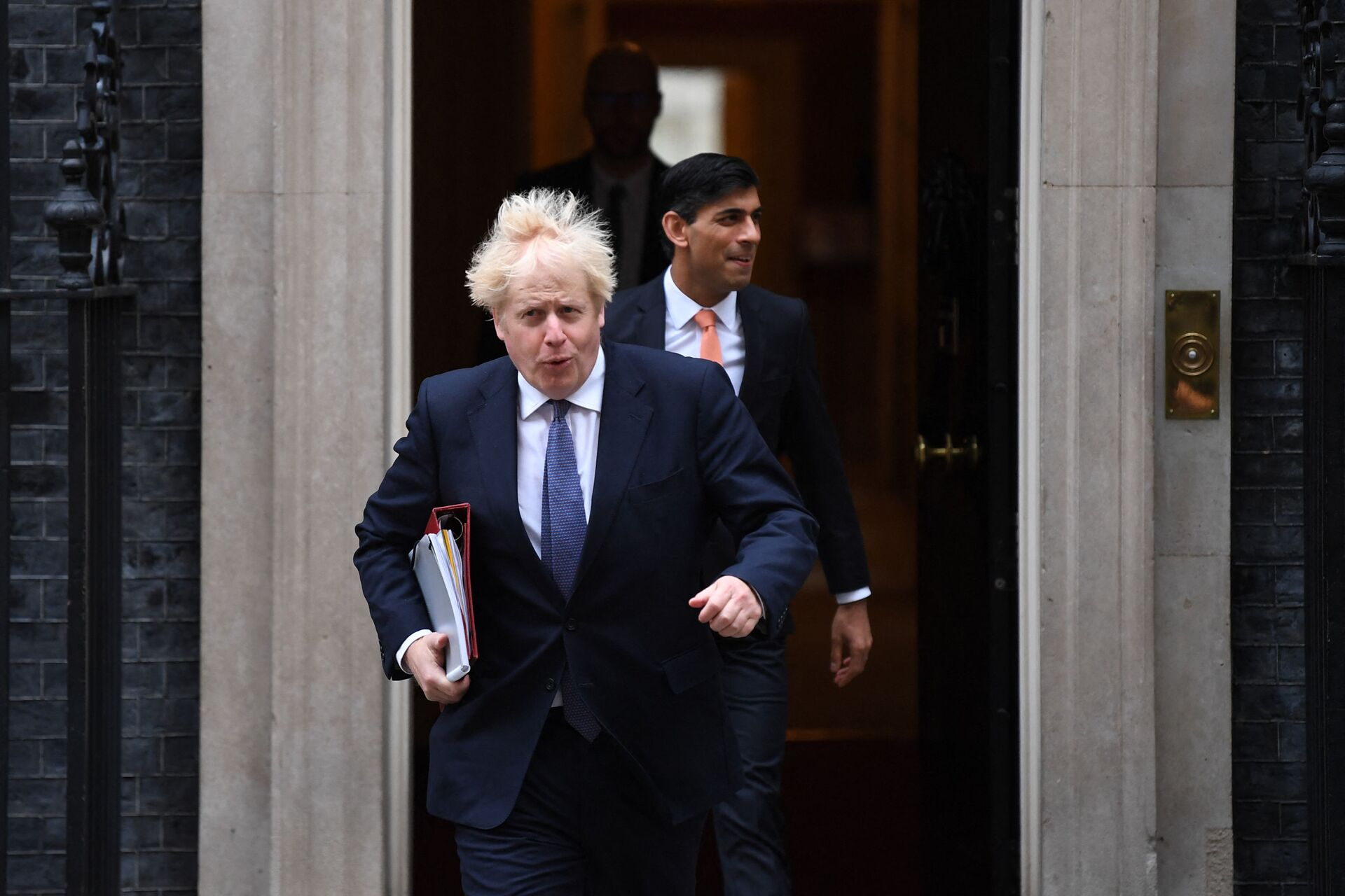 Britain's Prime Minister Boris Johnson (L) and Britain's Chancellor of the Exchequer Rishi Sunak (R) leave 10 Downing Street to attend the weekly cabinet meeting in London on October 13, 2020 held at the Foreign, Commonwealth and Development Office - Sputnik International, 1920, 15.09.2021
