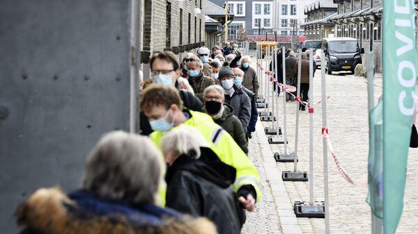 People queue outside the vaccination center in Oksnehallen in Copenhagen, Denmark, on April 12, 2021, during the ongoing coronavirus (Covid-19) pandemic.  - Sputnik International
