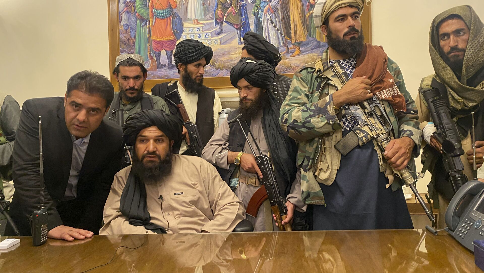 Taliban fighters take control of Afghan presidential palace after the Afghan President Ashraf Ghani fled the country, in Kabul, Afghanistan, Sunday, Aug. 15, 2021. - Sputnik International, 1920, 18.08.2021