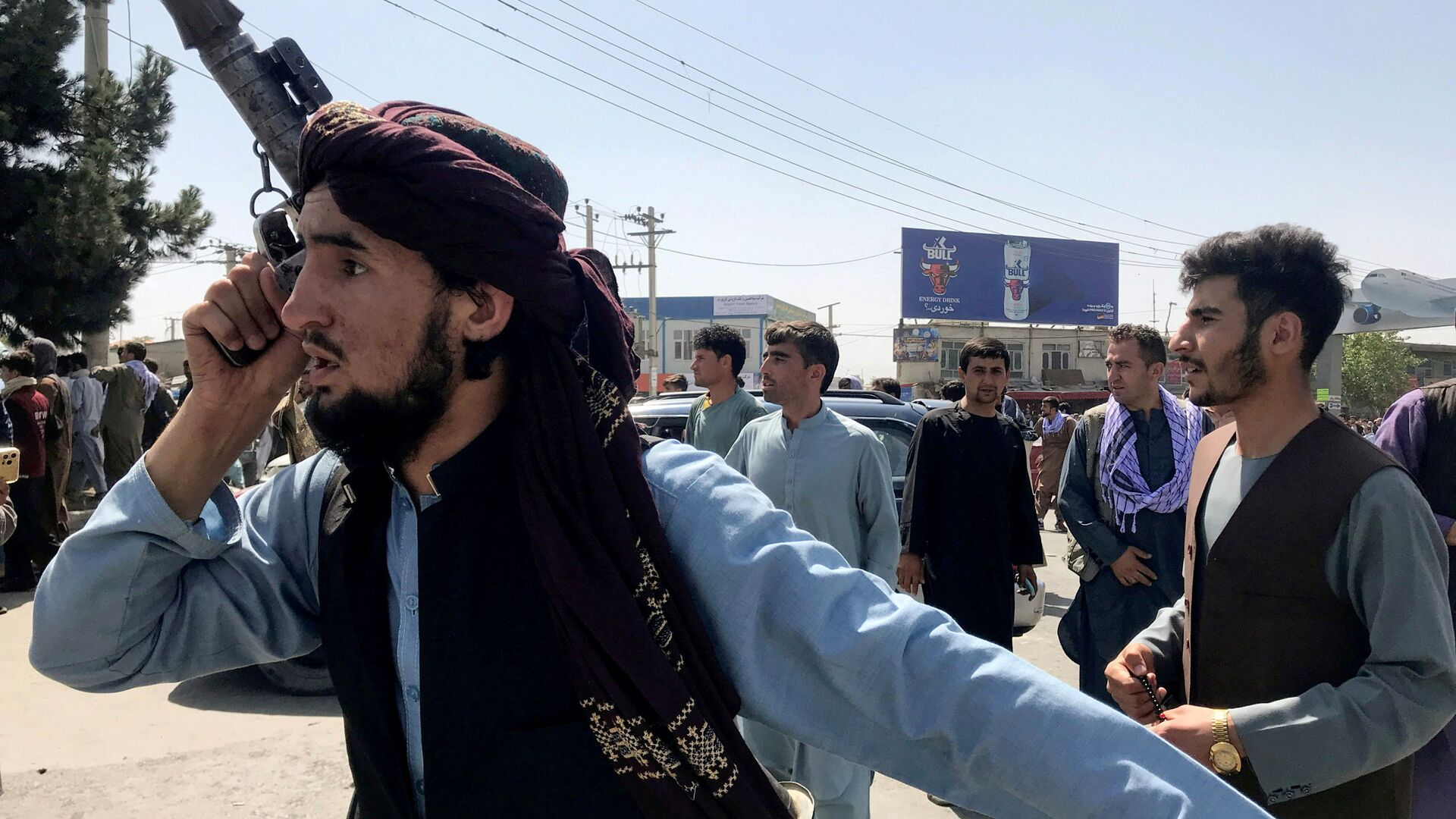 A member of Taliban forces inspects the area outside Hamid Karzai International Airport in Kabul, Afghanistan August 16, 2021 - Sputnik International, 1920, 14.09.2021