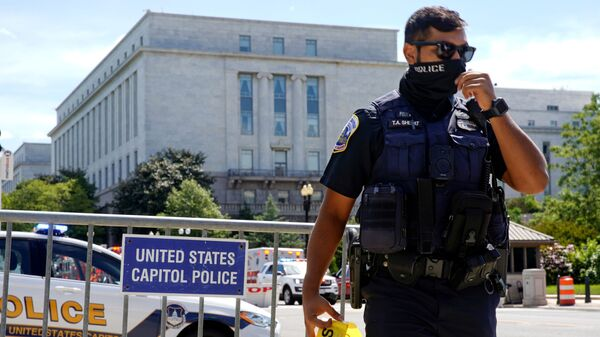 A U.S. Capitol Police officer mans a police barricade as police investigated a bomb threat near the U.S. Capitol in Washington, U.S., August 19, 2021. - Sputnik International