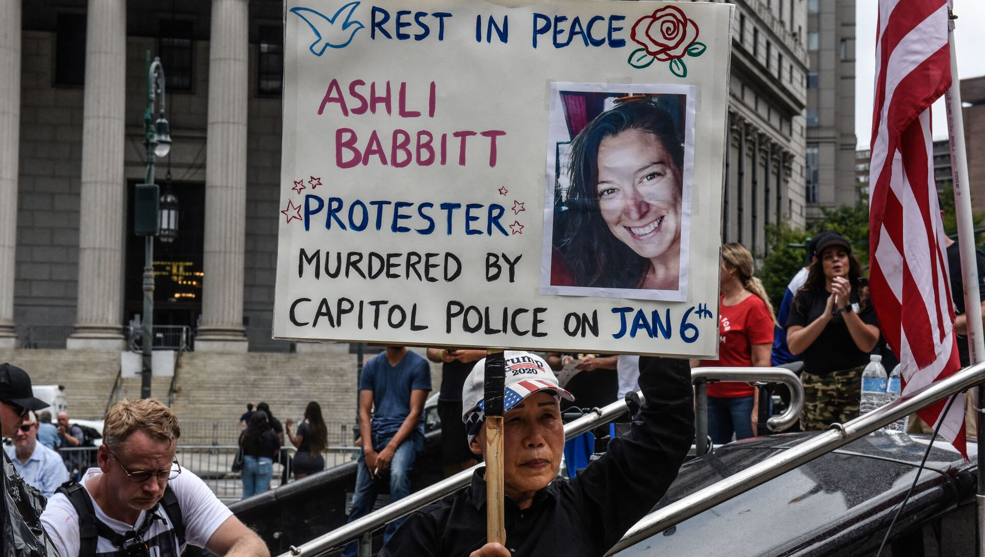 A right wing protester holds a sign about Ashli Babbitt while participating in a political rally on July 25, 2021 in New York City. - Sputnik International, 1920, 23.08.2021
