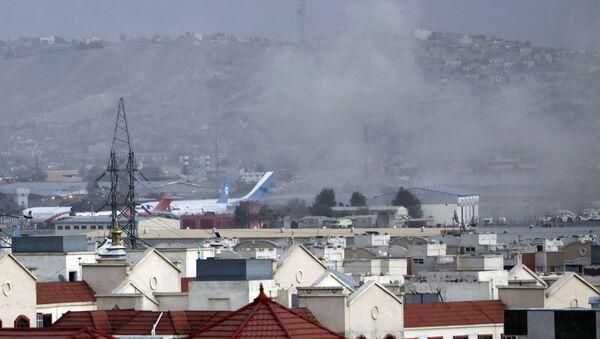 Smoke rises from a deadly explosion outside the airport in Kabul, Afghanistan on Thursday 26 August 2021.  Дым от взрыва возле аэропорта в Кабуле, Афганистан - Sputnik International