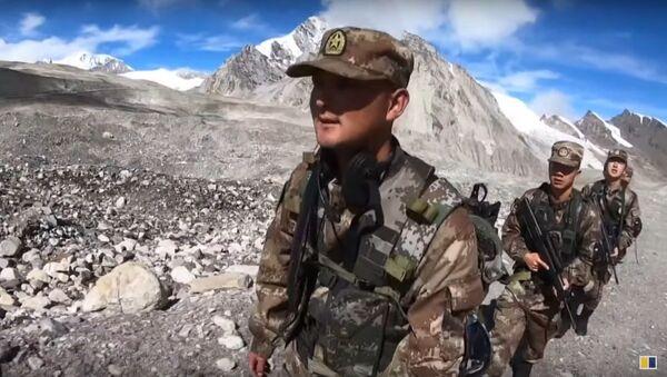 PLA soldiers patrol border on Himalayan mountain range in China's Tibet autonomous region - Sputnik International