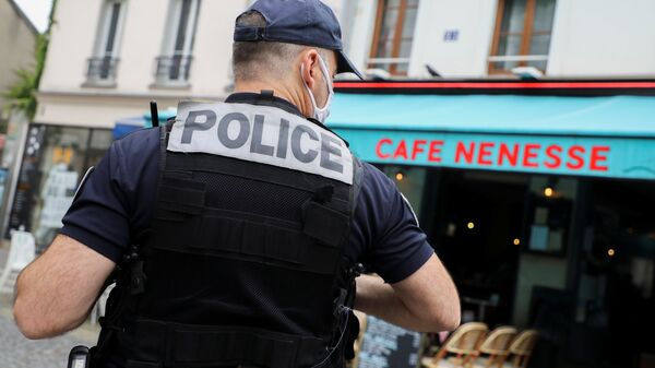 A French police officer stands in front of a bar to check health pass compliance as checks on the implementation of the health pass is expected to be intensified in Paris, France, August 18, 2021. - Sputnik International