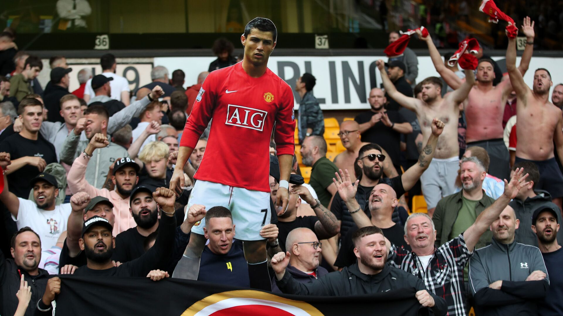 Manchester United fans celebrate with a cardboard cut out of Cristiano Ronaldo after the match - Sputnik International, 1920, 10.09.2021