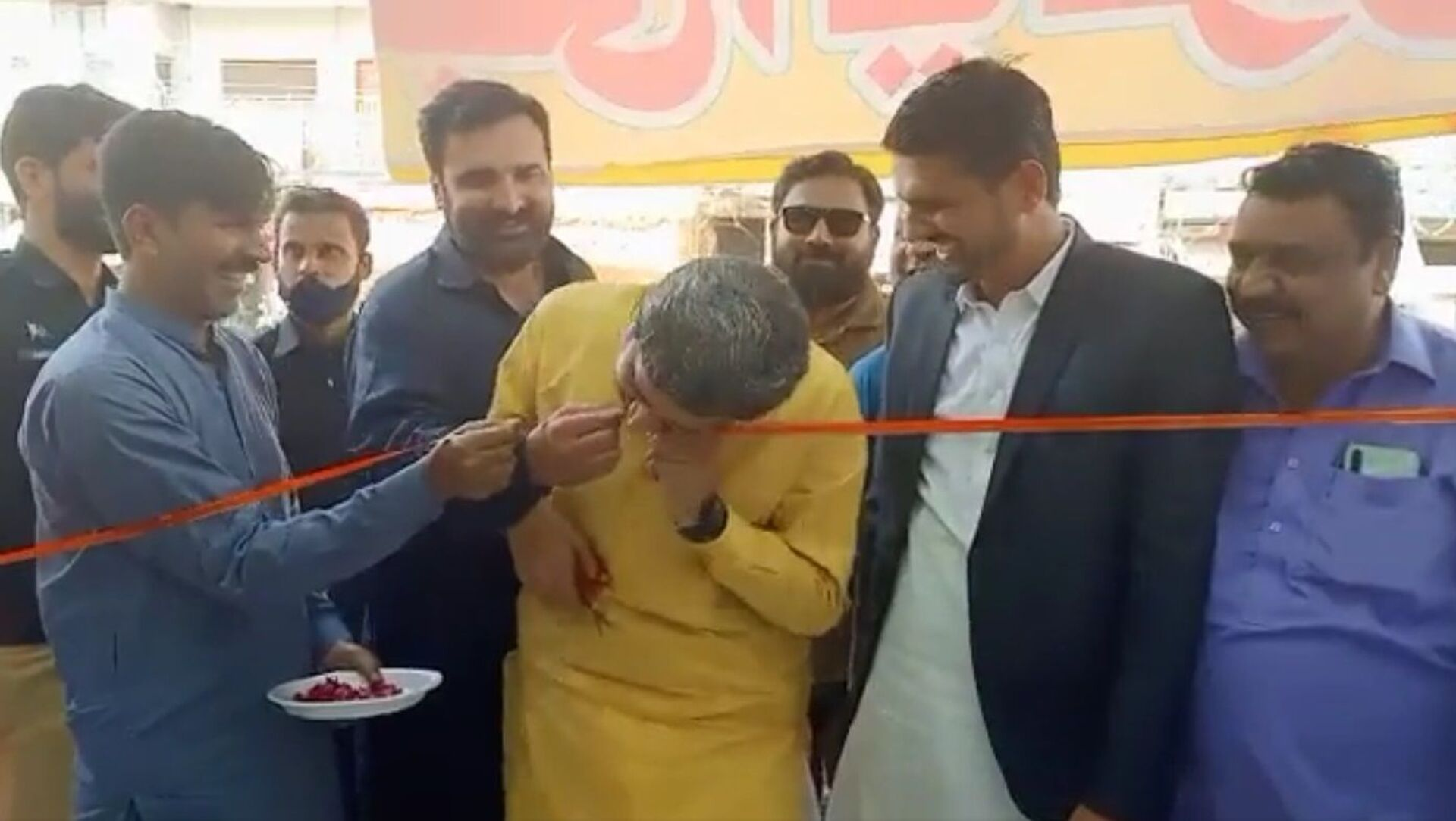 Unable to cut the ribbon with a blunt scissor, Pakistan Punjab's Jail minister and spokesperson Fayazchohanpti  did the inauguration job with his teeth - Sputnik International, 1920, 02.09.2021