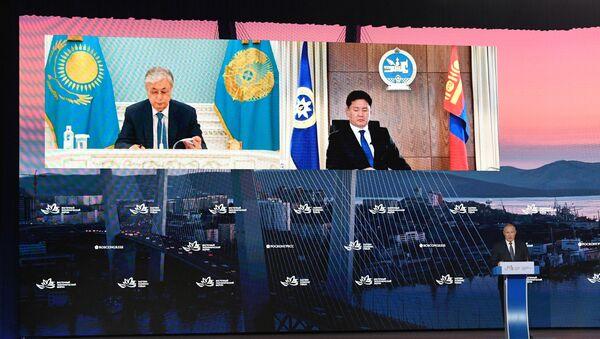 Kazakh President Kassym-Jomart Tokayev (L) takes part in a plenary session at the European Economic Forum in Vladivostok - Sputnik International