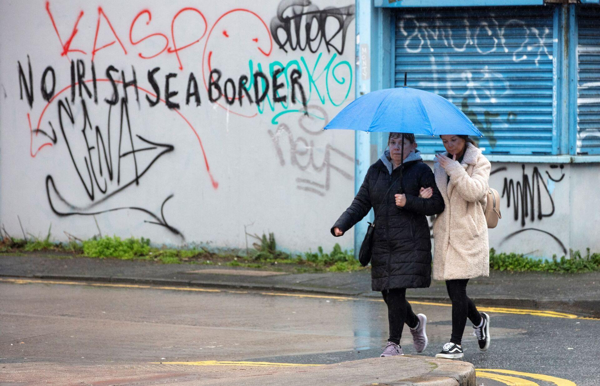 Graffiti in a loyalist area of south Belfast, Northern Ireland against an Irish sea border is seen on February 2, 2021. - Sputnik International, 1920, 14.09.2021
