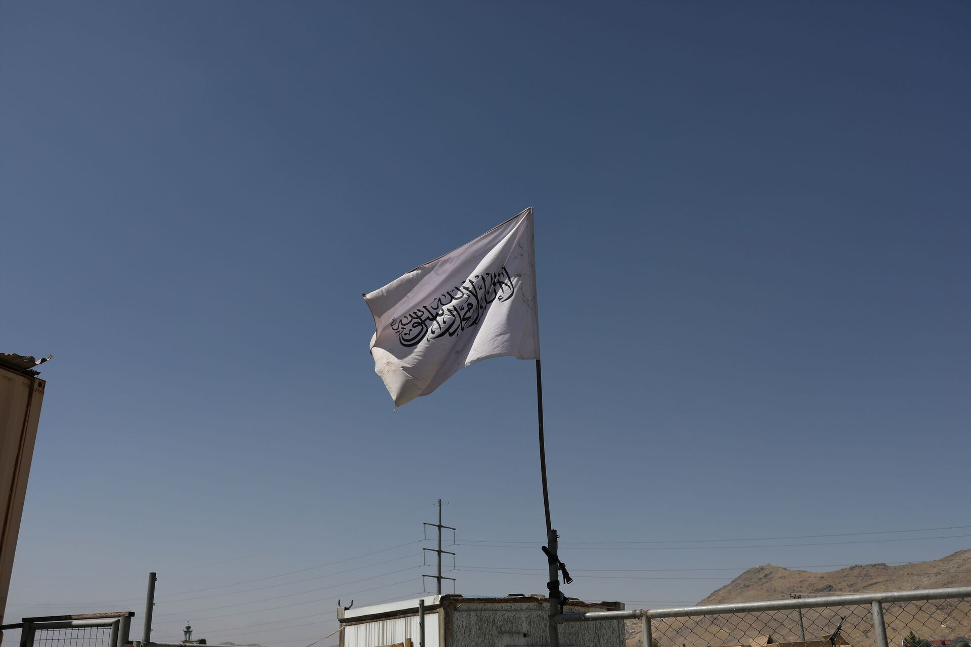 The flag of the Islamic Emirate of Afghanistan (Taliban) is raised at the military airfield in Kabul, Afghanistan, September 5, 2021. - Sputnik International, 1920, 14.09.2021
