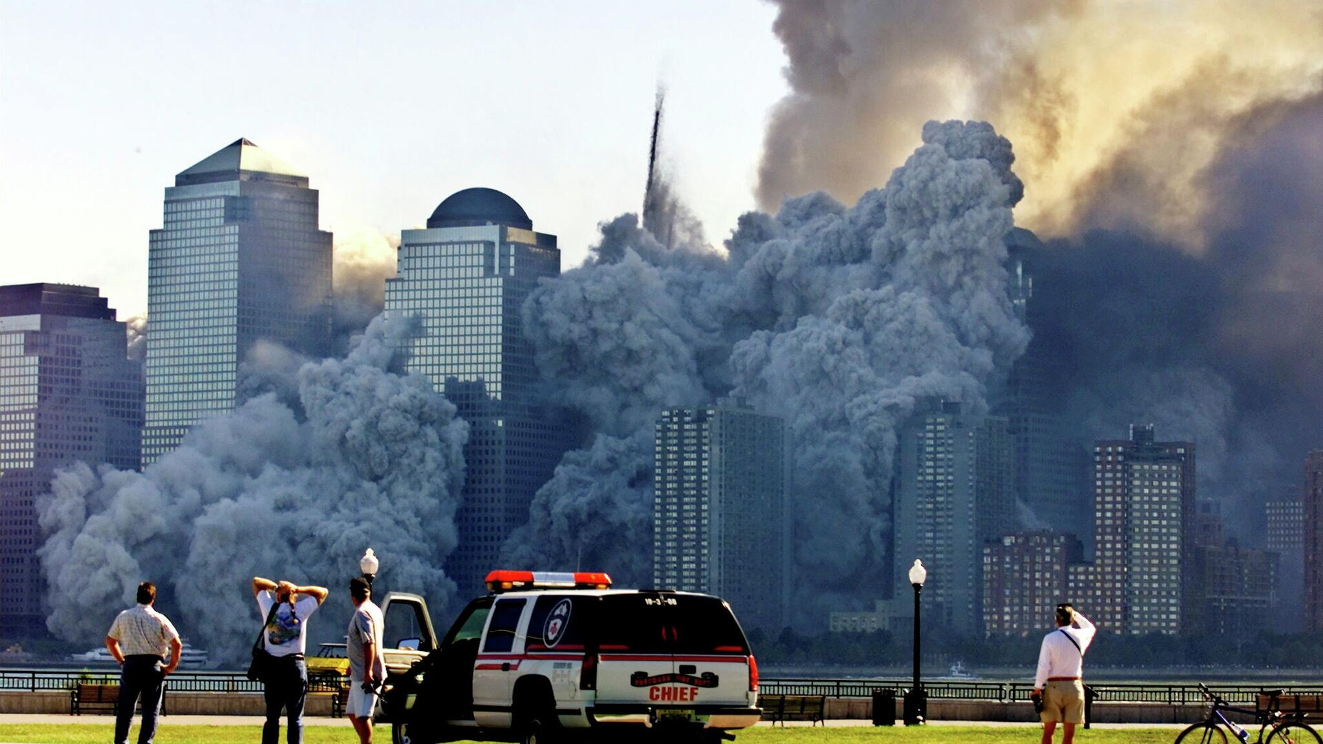 FILE PHOTO: The remaining tower of New York's World Trade Center, Tower 2, dissolves in a cloud of dust and debris about half an hour after the first twin tower collapsed, as seen from Jersey City, New Jersey, U.S. September 11, 2001.  - Sputnik International, 1920, 11.09.2021