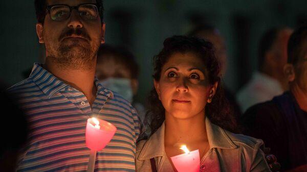 Пара держит зажженные свечи во время религиозной церемонии в память об 11 сентября в Свято-Никольском национальном храме-памятнике при Всемирном торговом центре, Нью-Йорк, США - Sputnik International