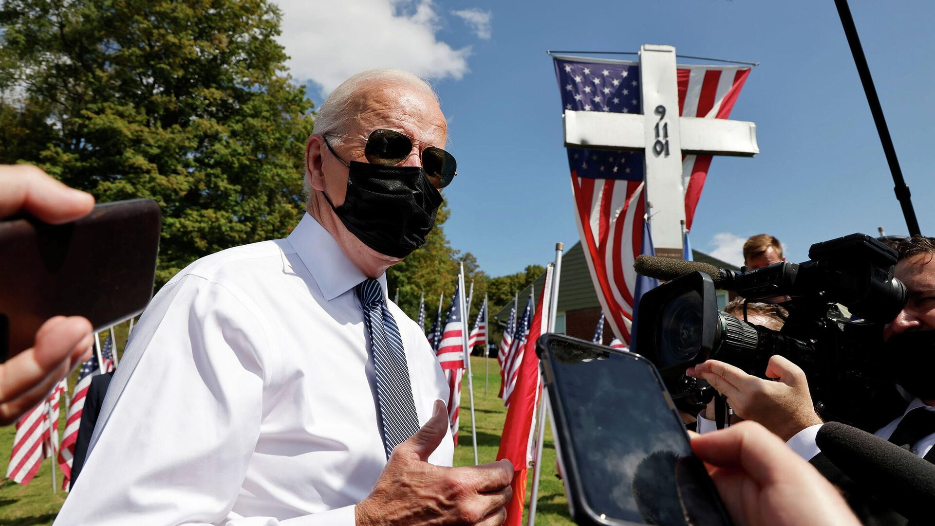 U.S. President Joe Biden talks with reporters outside the Shanksville volunteer fire station, as he and first lady Jill Biden stopped at the fire hall after visiting the nearby site where the hijacked United Airlines Flight 93 plane crashed on the 20th anniversary of the September 11, 2001 attacks, in Shanksville, Pennsylvania, U.S., September 11, 2021. - Sputnik International, 1920, 14.09.2021