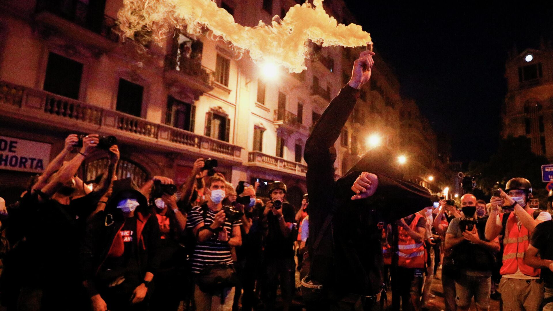 A person holds a smoke bomb during Catalonia's national day 'La Diada' in Barcelona, Spain, September 11, 2021. - Sputnik International, 1920, 12.09.2021