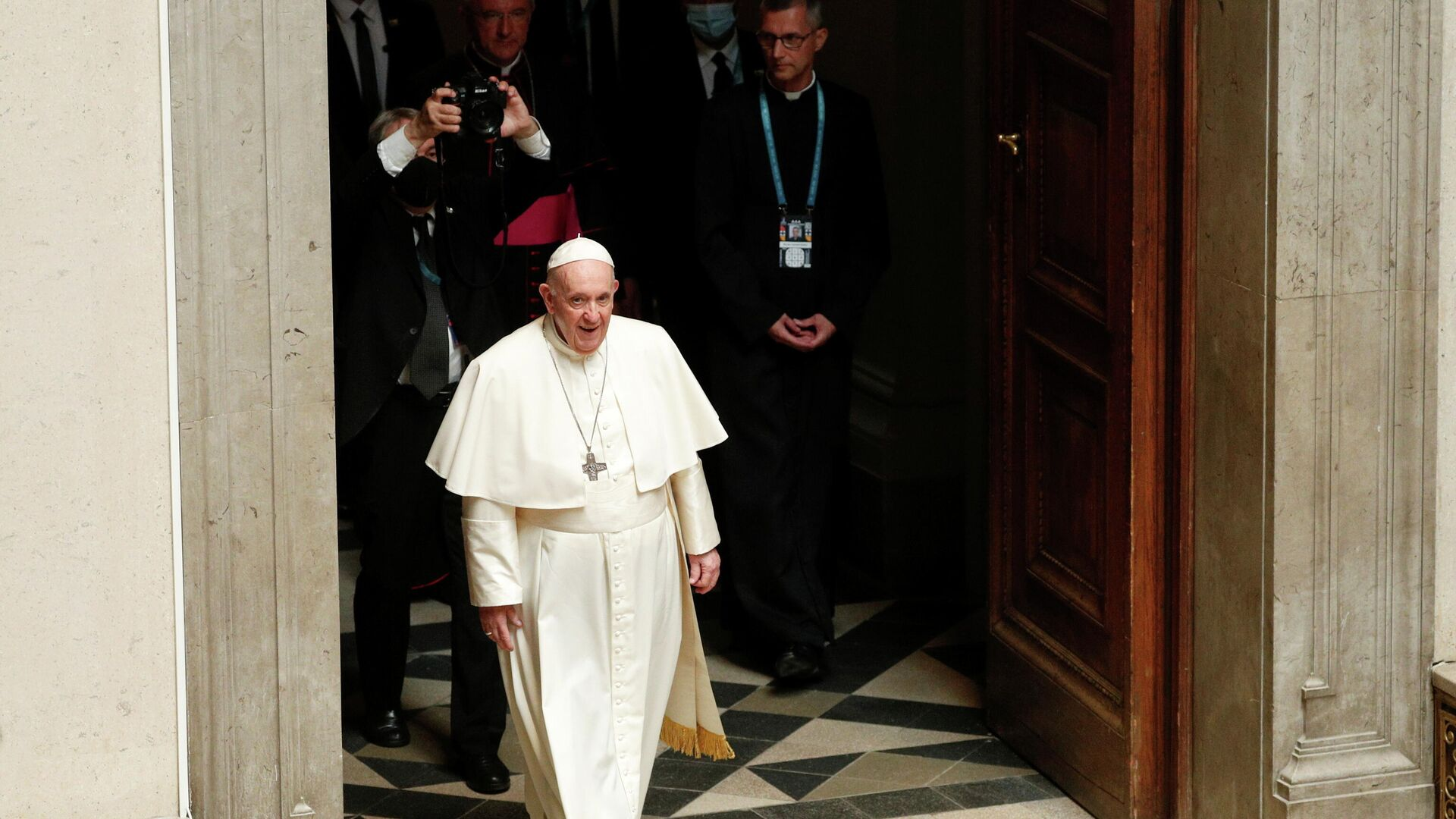 Pope Francis arrives to meet with representatives of the Ecumenical Council of Churches in the Museum of Fine Arts in Budapest, Hungary, September 12, 2021. REUTERS/Remo Casilli - Sputnik International, 1920, 12.09.2021