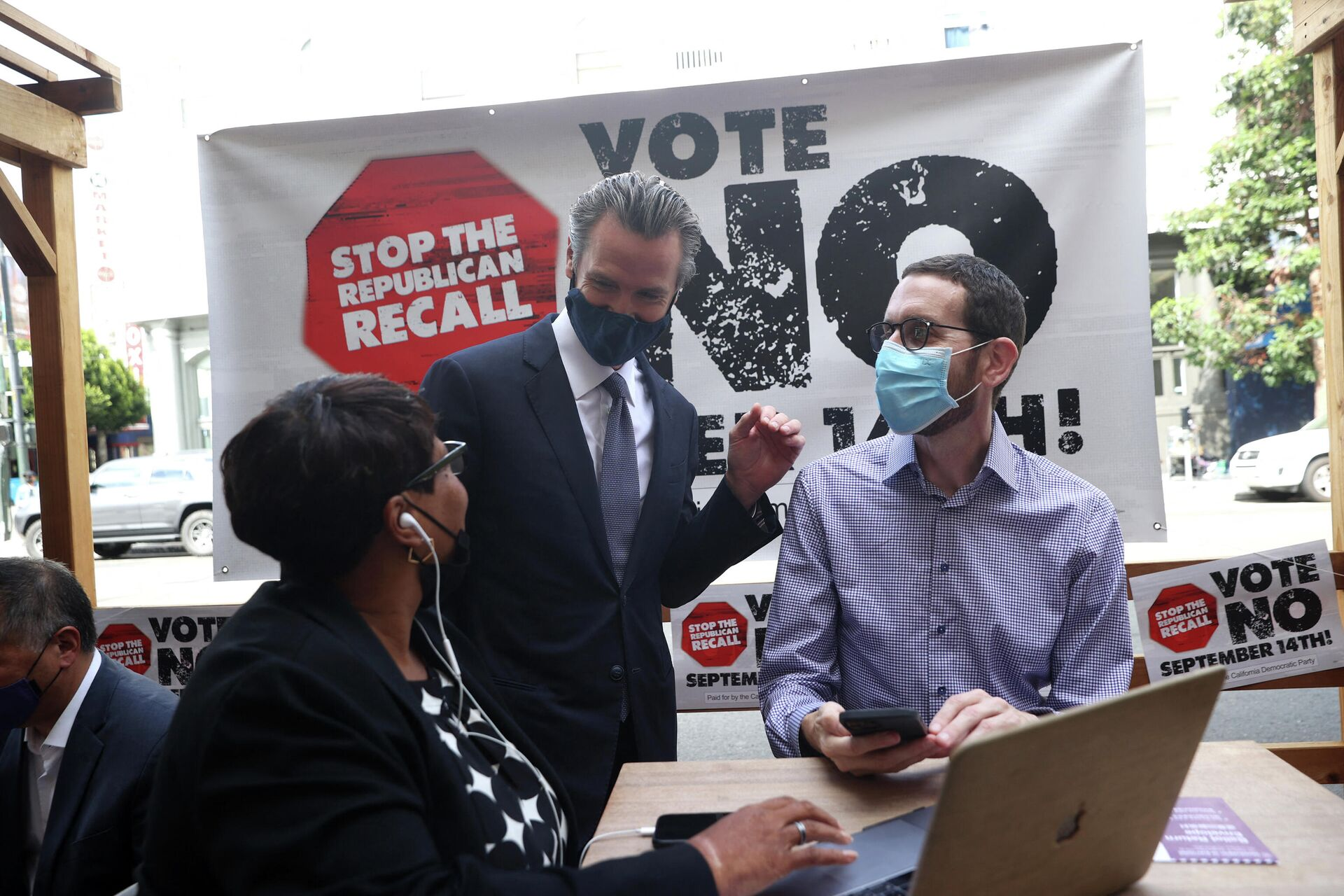 California Gov. Gavin Newsom (C) talks with California State Sen. Scott Wiener (R) and a volunteer (L) who is phone banking against the recall at Manny's on August 13, 2021 in San Francisco, California. California Gov. Gavin Newsom kicked off his Say No to recall campaign as he prepares to face a recall election on September 14 - Sputnik International, 1920, 14.09.2021