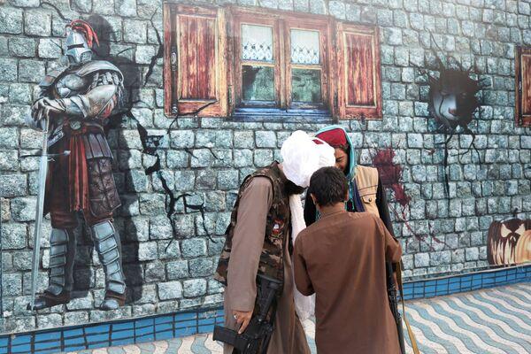 Taliban soldiers stand at an amusement park in Kabul, Afghanistan, 8 September 2021.  - Sputnik International