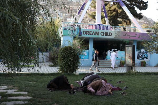 Taliban soldiers pray at an amusement park in Kabul, Afghanistan. - Sputnik International