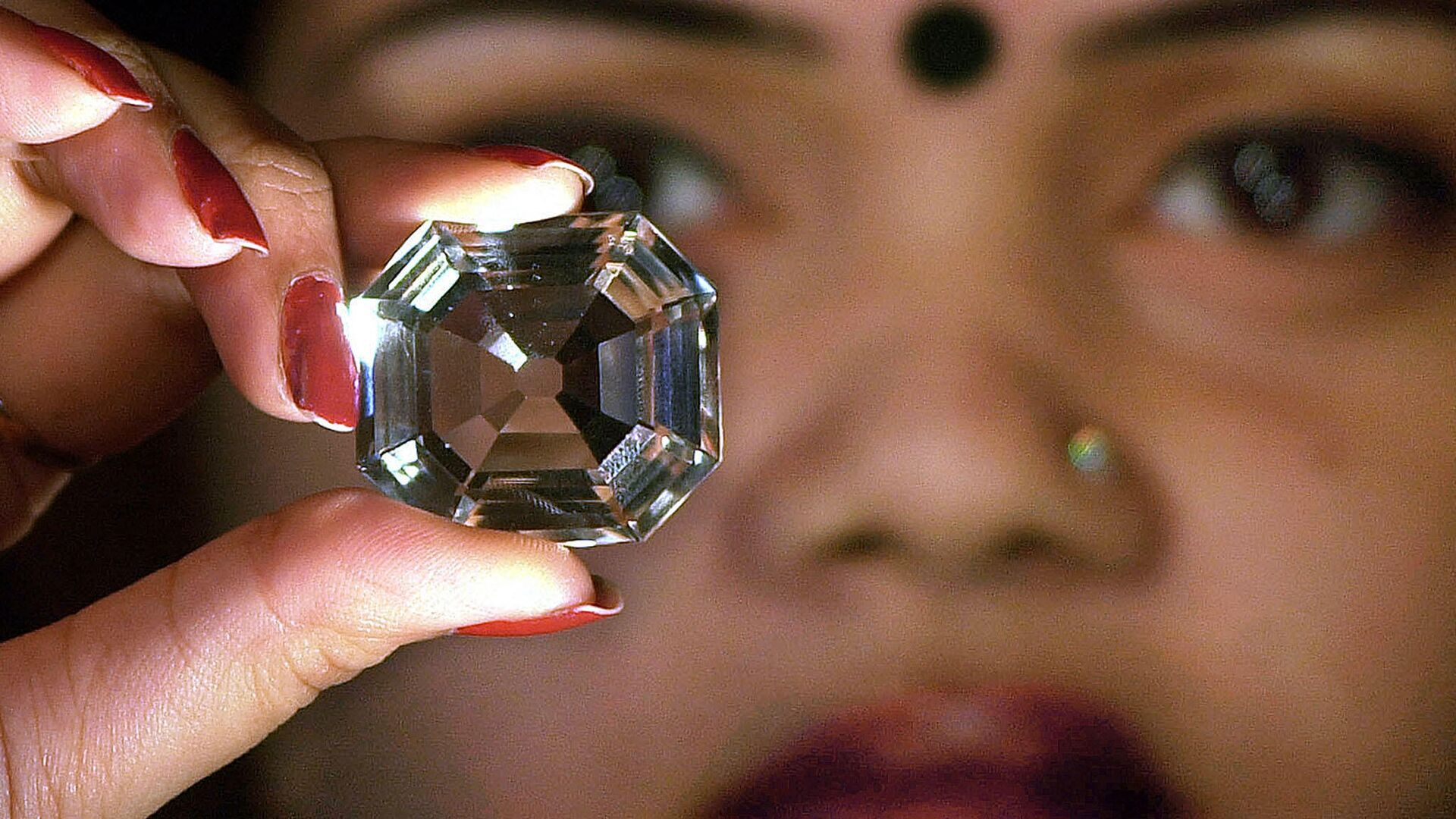 An Indian model shows a replica of the famous Indian diamond 'Koh-i-noor' during a press meeting in Calcutta, 29 January 2002 - Sputnik International, 1920, 14.09.2021