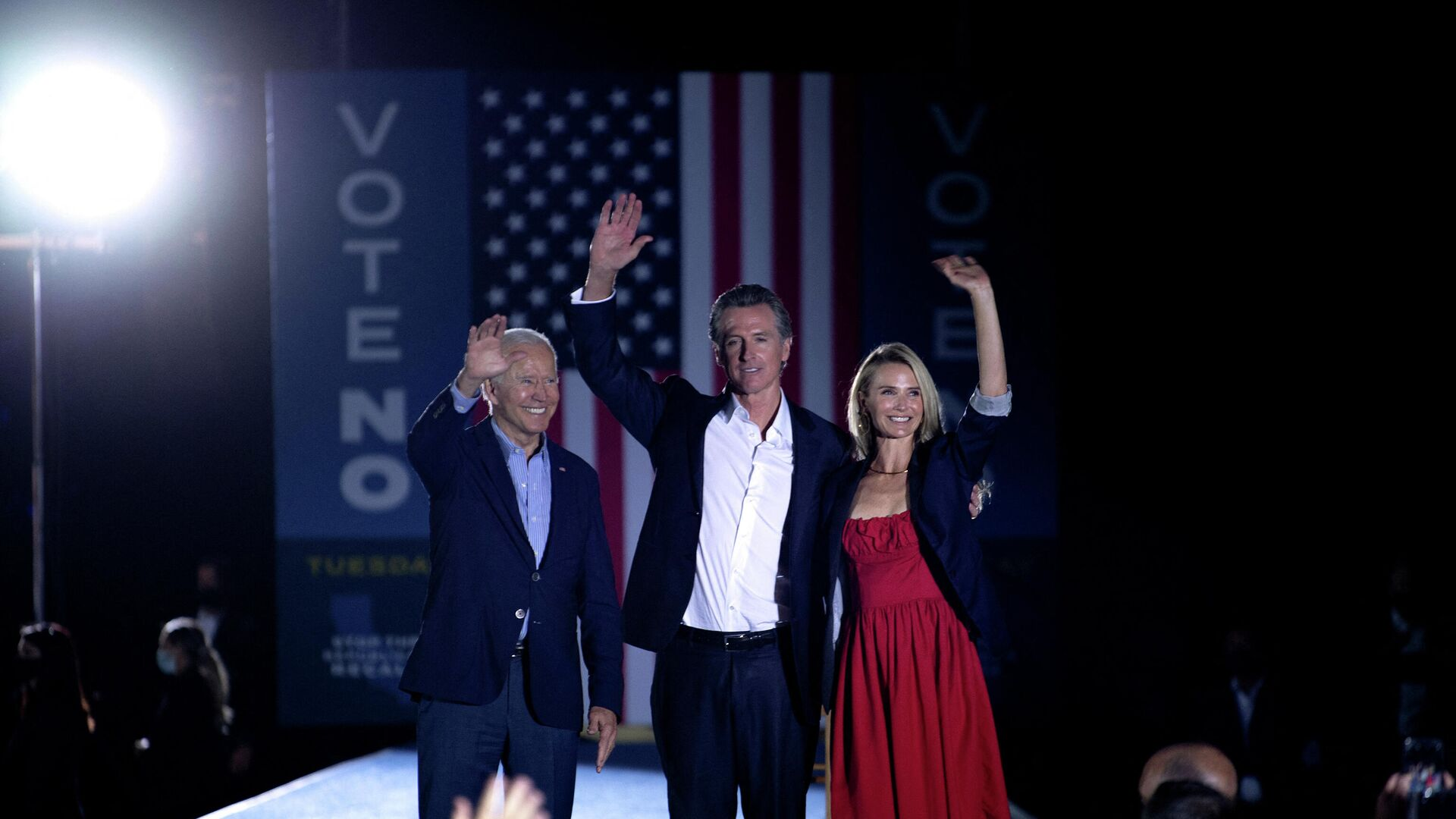 US President Joe Biden, California Governor Gavin Newsom and his wife Jennifer Siebel Newsom wave to supporters after a campaign event at Long Beach City College in Long Beach, California on September 13, 2021. - Sputnik International, 1920, 14.09.2021