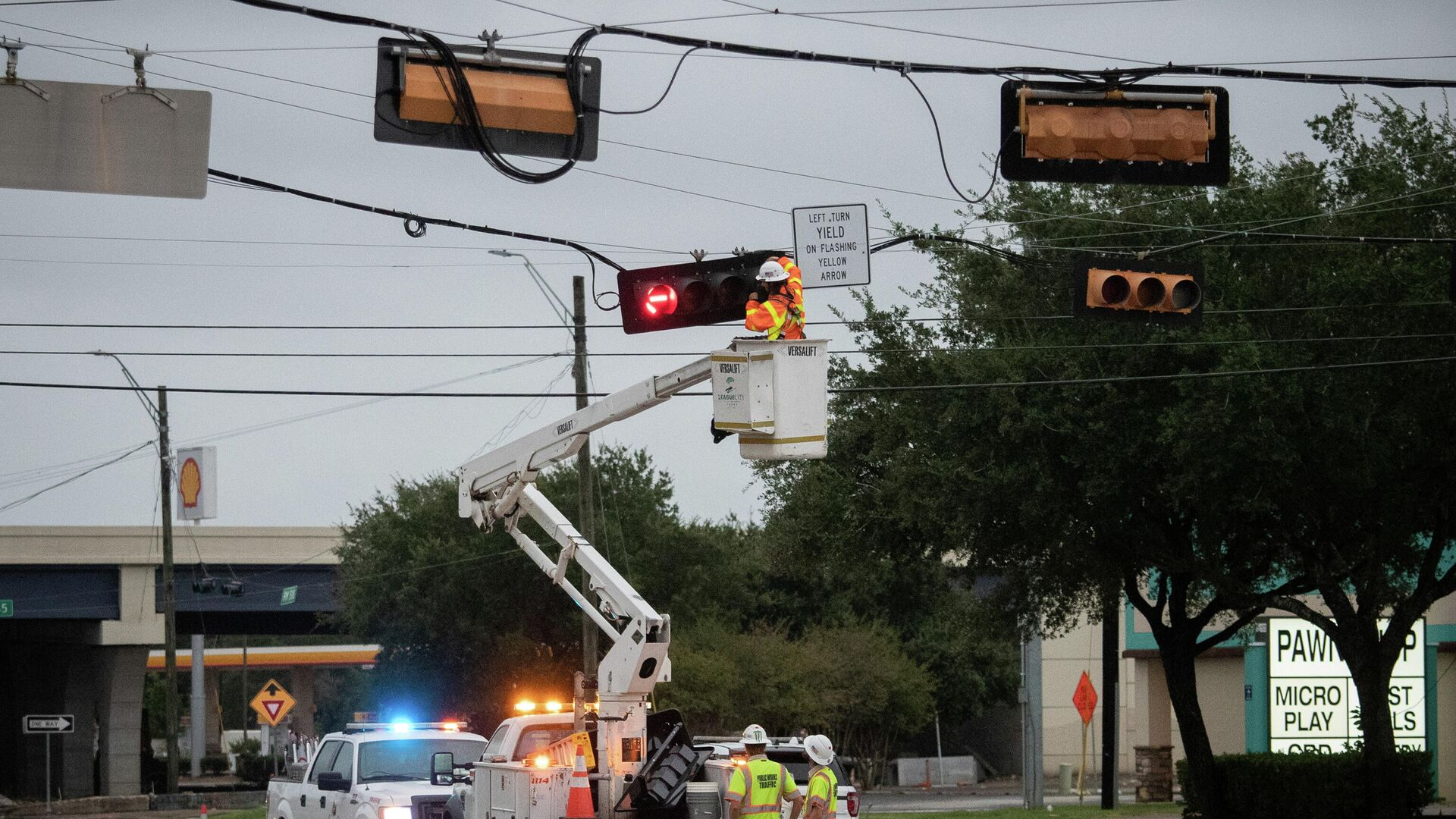 A crew restore power to traffic lights in the aftermath of Hurricane Nicholas in League City, Texas, U.S., September 14, 2021 - Sputnik International, 1920, 14.09.2021