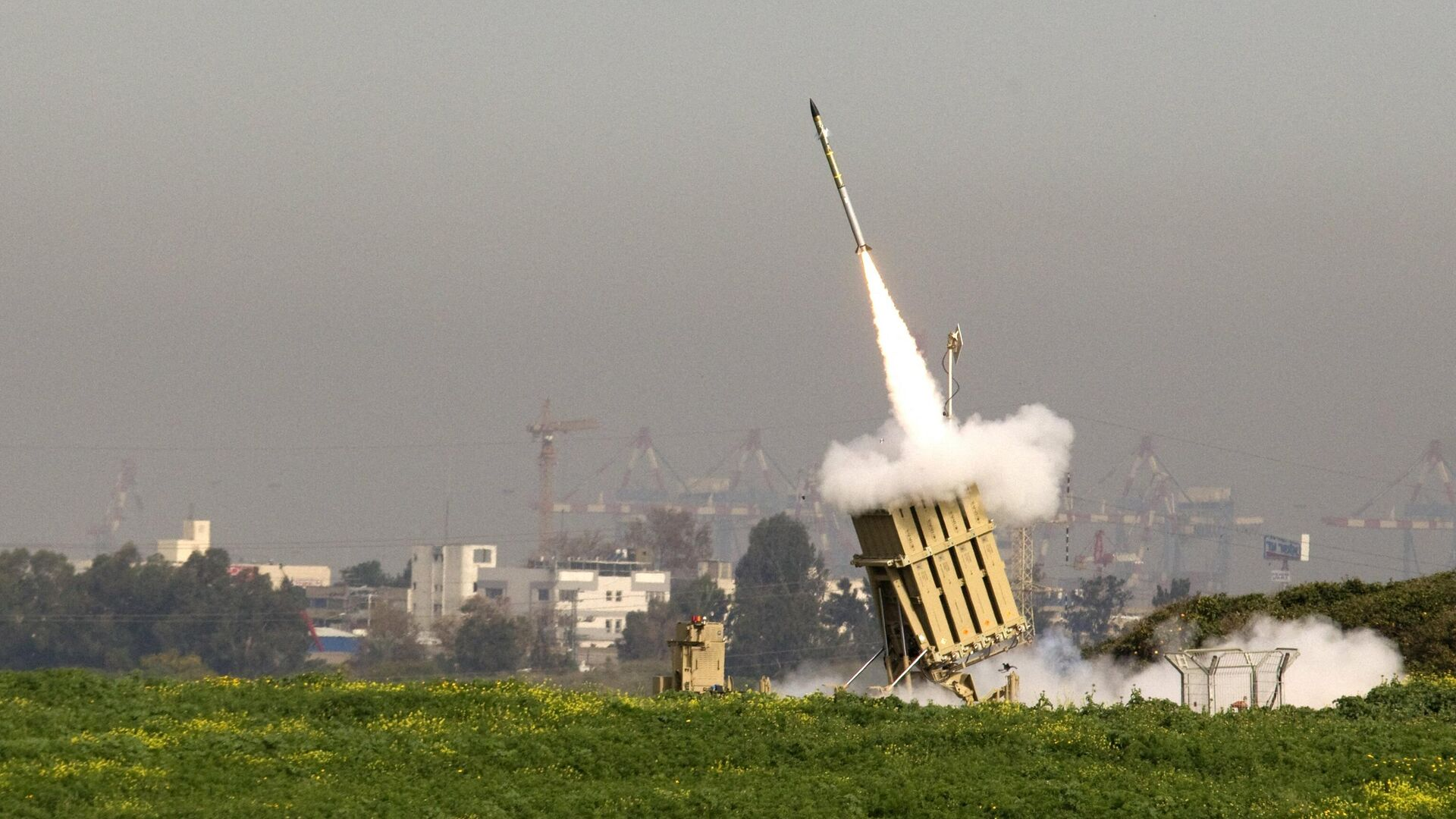 An Israeli missile is launched from the Iron Dome missile system in the city of Ashdod in response to a rocket launch from the nearby Palestinian Gaza Strip on March 11, 2012 - Sputnik International, 1920, 15.09.2021
