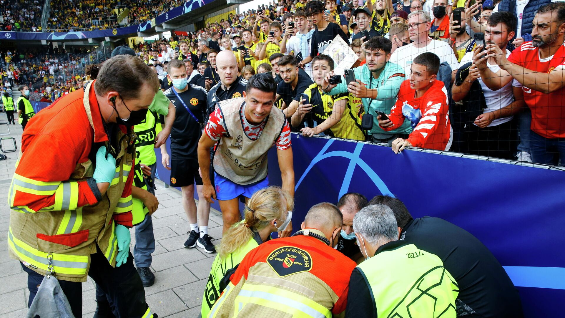 Manchester United's Cristiano Ronaldo checks on a steward after she was hit by a ball during the warm up before the match - Sputnik International, 1920, 15.09.2021