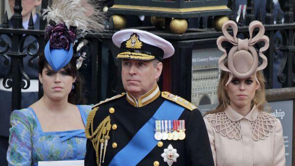 Британский принц Эндрю и его дочери, принцесса Евгения (слева) и Беатрис в Лондоне - Sputnik International
