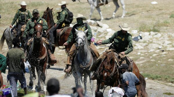 U.S. border patrol officers cut the way of migrants asylum seekers as they are trying to return to the United States along the Rio Grande river, after having crossed from the United States into Mexico to buy food, as seen from Ciudad Acuna, in Ciudad Acuna, Mexico September 19, 2021. - Sputnik International
