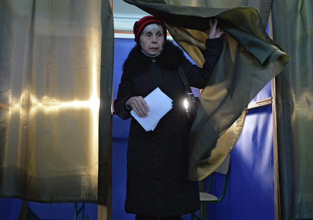 Donetsk resident votes on elections of the head of DNR and deputies of National Council of the republic