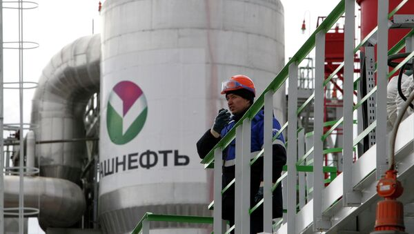 An employee talks on a portable radio set at a refinery owned by Bashneft company in the city of Ufa - Sputnik International