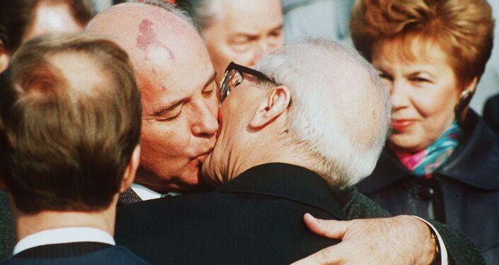 Поцелуй президента СССР Михаила Горбачева и руководителя ГДР Эриха Хонеккера.