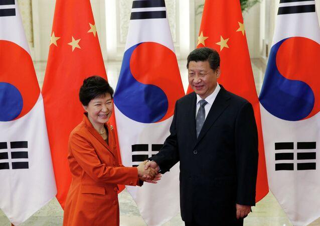 China's President Xi Jinping (R) with South Korea's President Park Geun-hye